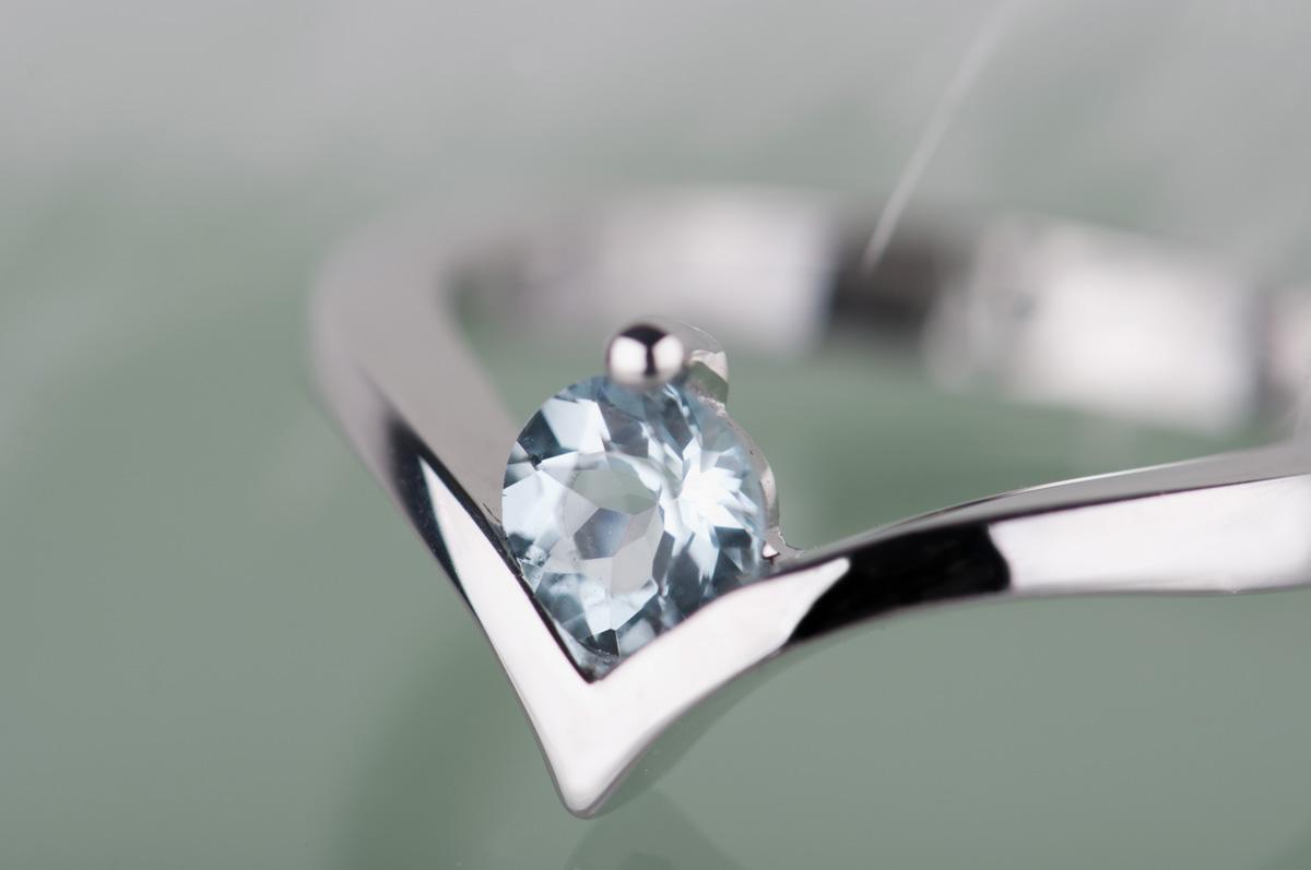 srebrny pierścionek zakwamarynem