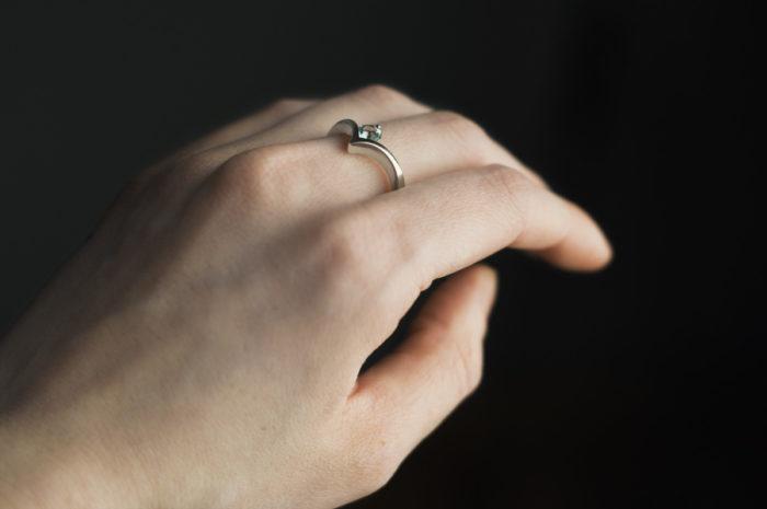 pierścionek z białego złota z akwamarynem