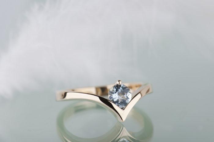 złoty pierścionek z naturalnym akwamarynem