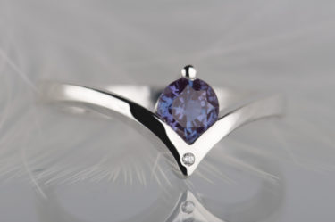 pierścionek zaręczynowy z aleksandrytem i diamentem