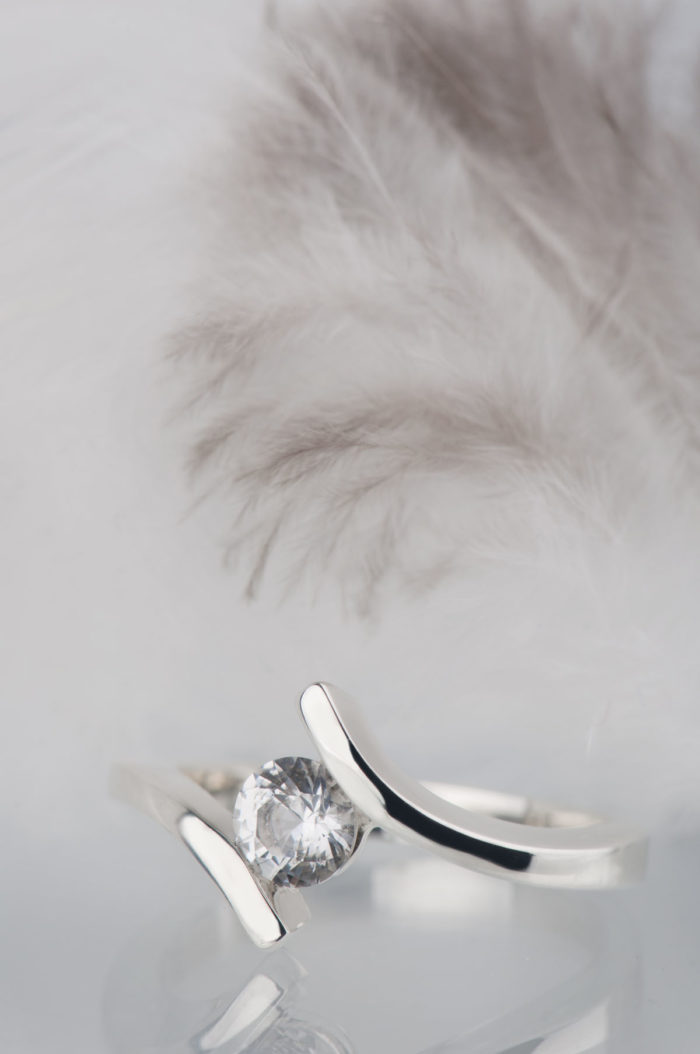 pierścionek srebrny z białym szafirem
