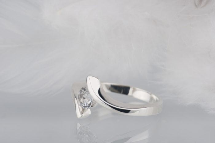 pierścionek ze srebra z białym szafirem