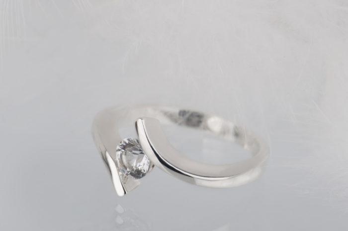 pierścionek z białym szafirem