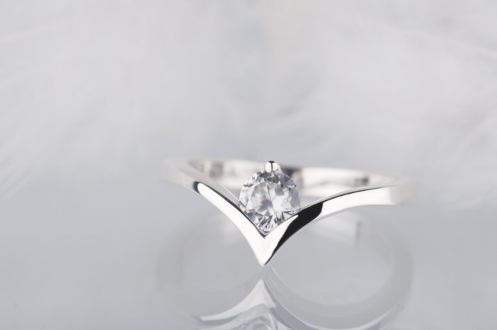 srebrny pierścionek z cyrkonem
