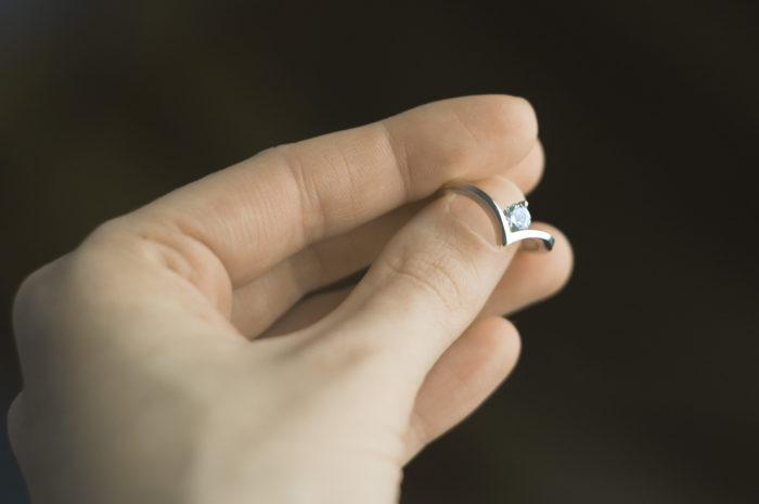 pierścionek zaręczynowy z cyrkonem