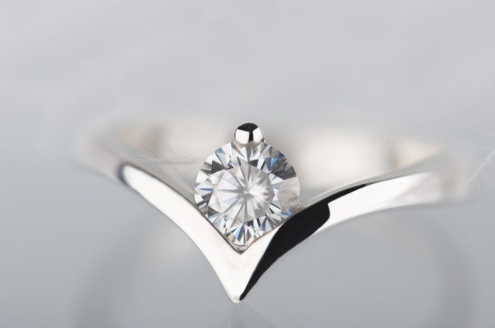 pierścionek ze złota z moissanitem