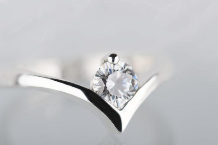 pierścionek z białego złota z moissanitem