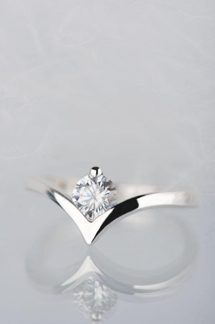 złoty pierścionek z moissanitem