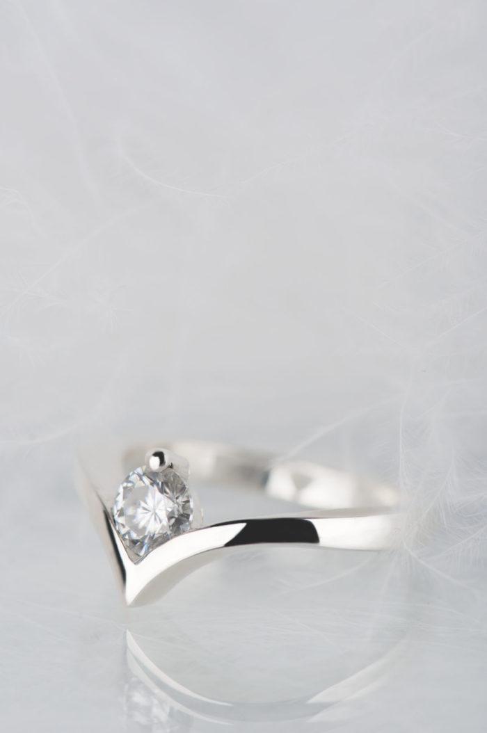 srebrny pierścionek z moissanitem