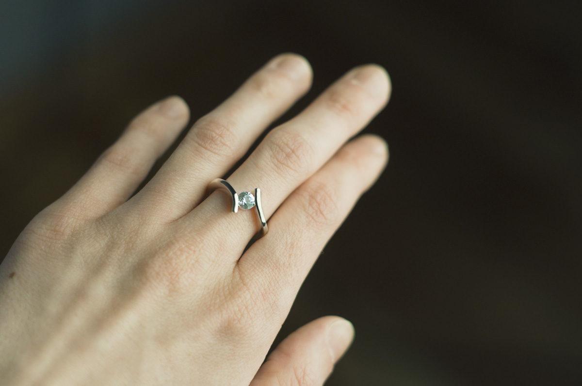 pierścionek zaręczynowy zbiałym szafirem