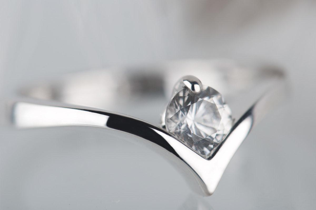pierścionek zesrebra zbiałym szafirem