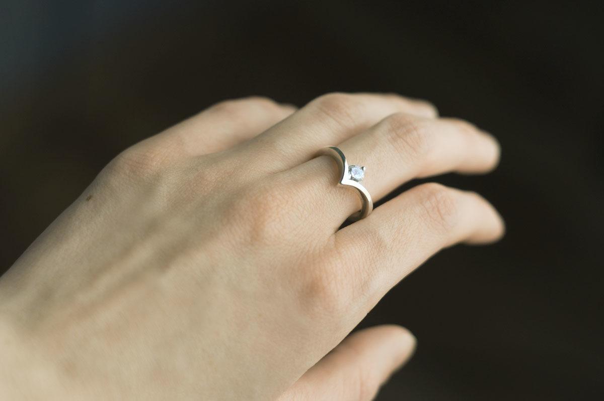 srebrny pierścionek zcyrkonem