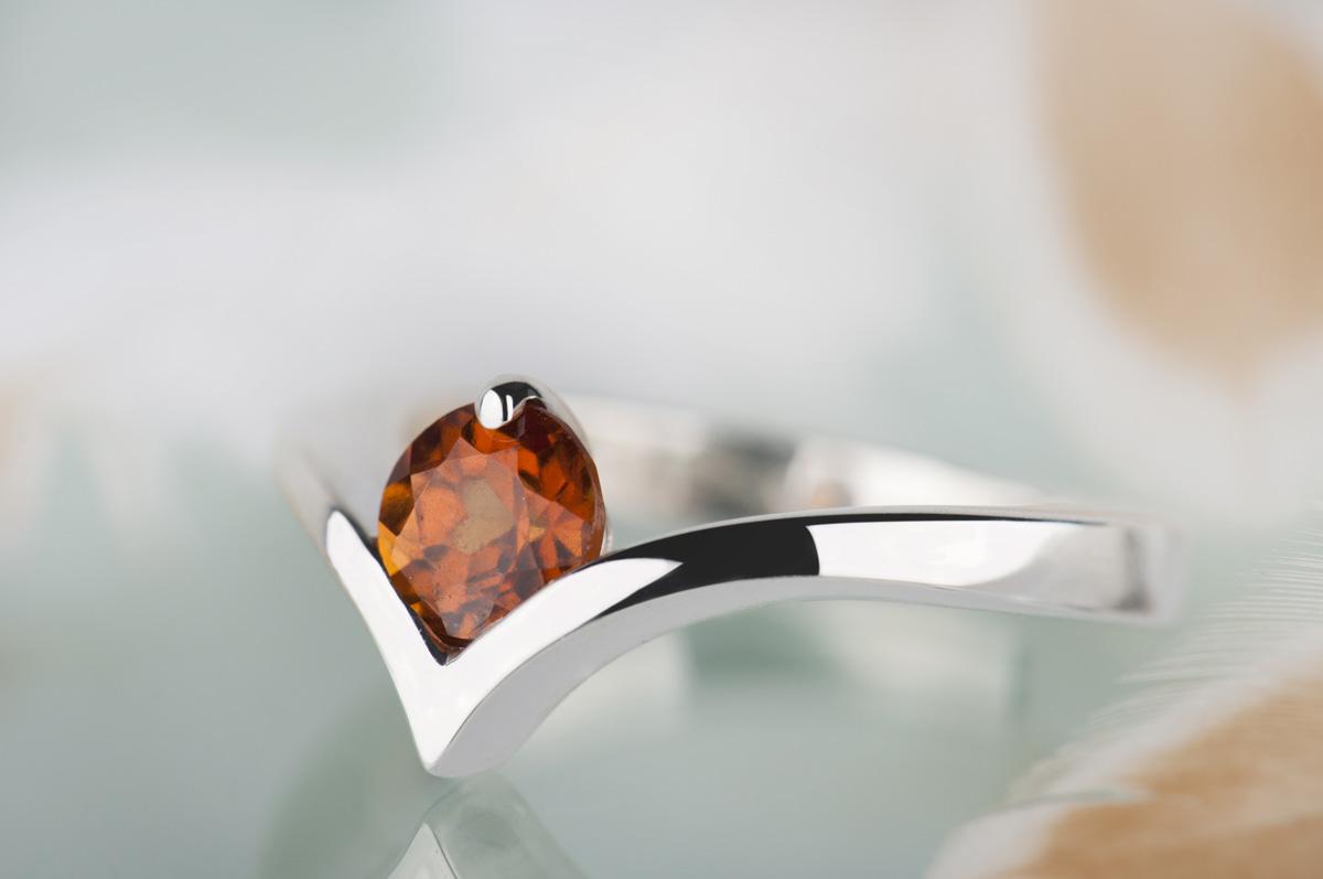 pierścionek zspessartynem