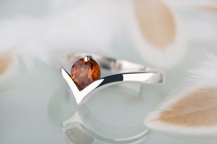 granat spessartym w srebrnym pierścionku