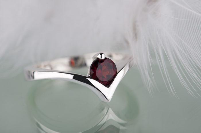 pierścionek z czerwonym granatem