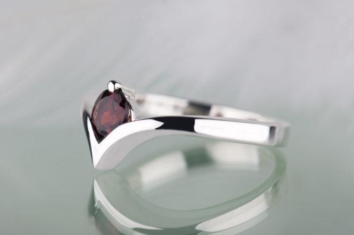 pierścionek ze srebra z czerwonym granatem