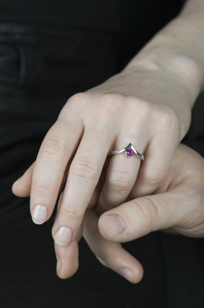 srebrny pierścionek z rubinem