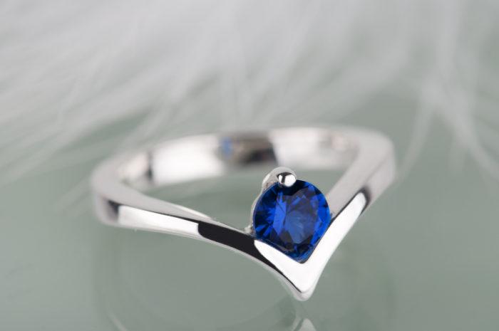 pierścionek z syntetycznym szafirem