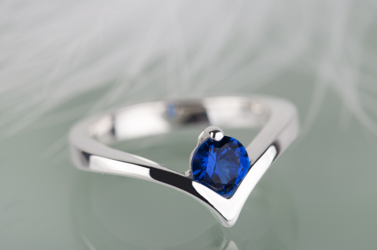pierścionek zsyntetycznym szafirem