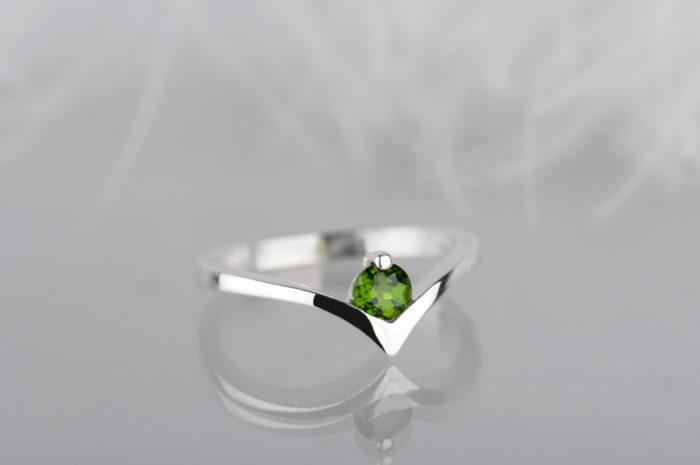 pierścionek ze srebra z diopsydem