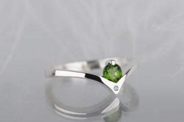 pierścionek zaręczynowy z diopsydem i diamentem