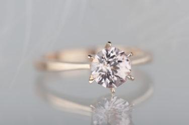 złoty pierścionek zszafirem
