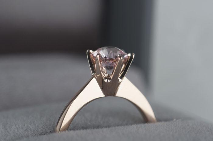 pierścionek zaręczynowy z różowym szafirem