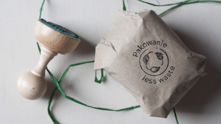 stempel z napisem pakowanie less waste