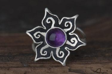 pierścionek kwiatek z okrągłym ametystem