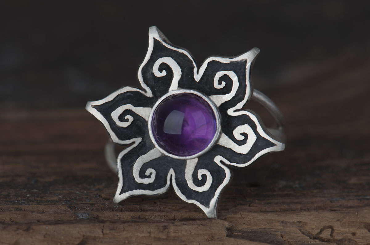 pierścionek kwiatek zokrągłym ametystem
