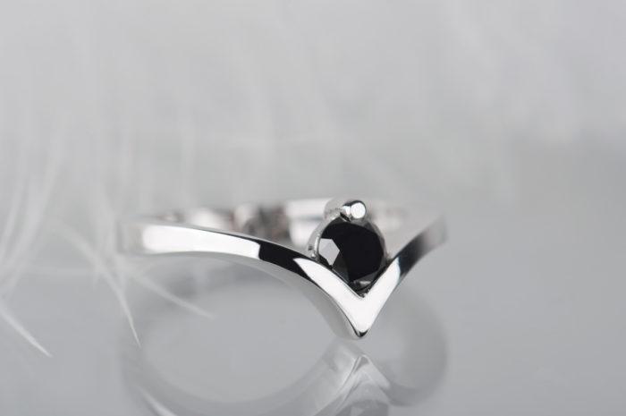 pierścionek zaręczynowy z czarnym diamentem