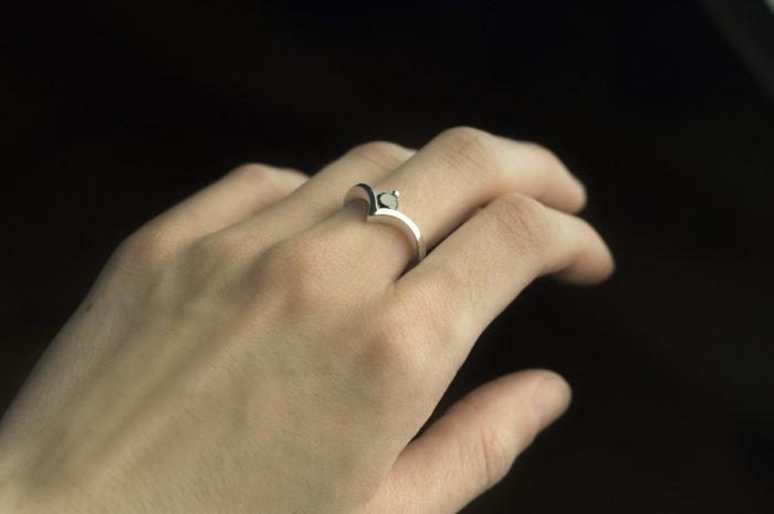 pierścionek ze złota z czarnym diamentem