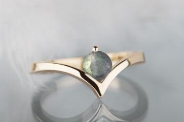 pierścionek ze złota z zielonym labradorytem