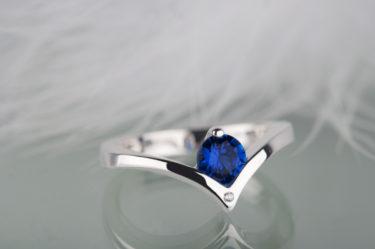 pierścionek zaręczynowy z niebieskim szafirem