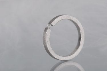 srebrny pierścionek zdiamentem